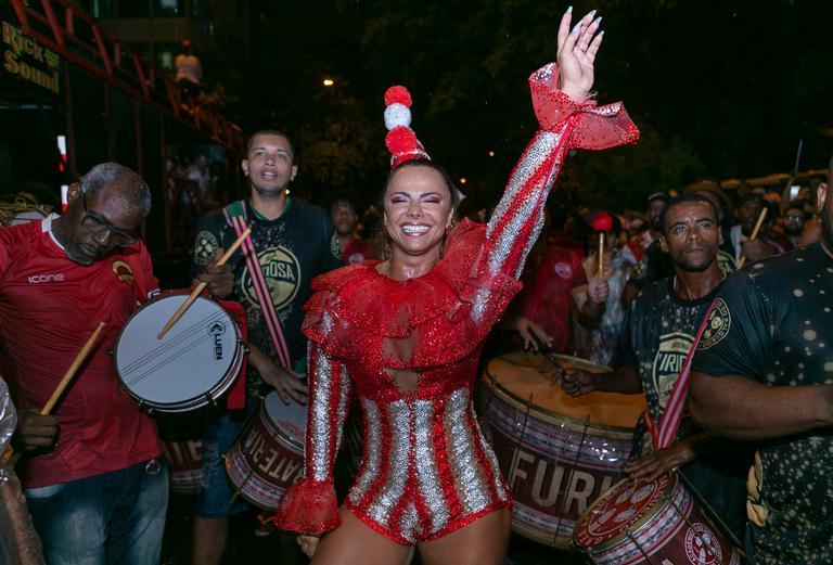 A contratada da Globo esbanja talento e beleza durante em saio na rua (Foto: Contigo!)