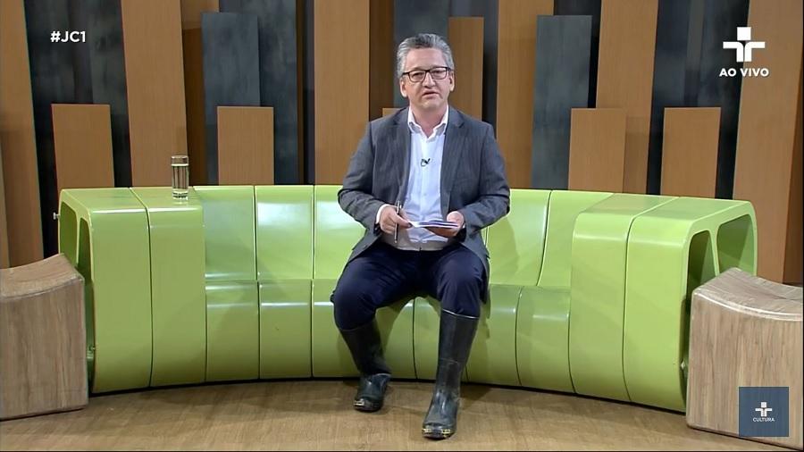 Aldo Quiroga ancorou o JC1 usando galochas (foto: reprodução/TV Cultura)