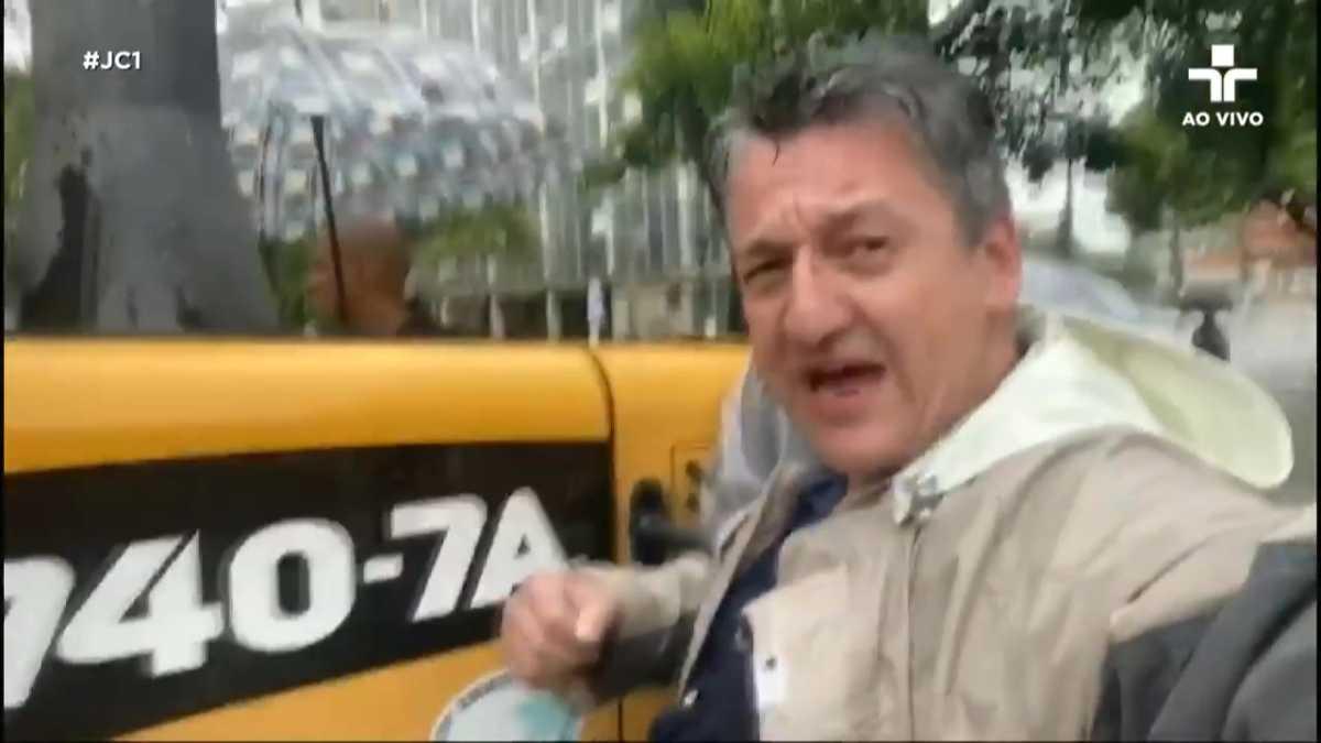 O jornalista Aldo Quiroga chegou ao trabalho carregado por um trator (foto: reprodução/TV Cultura)