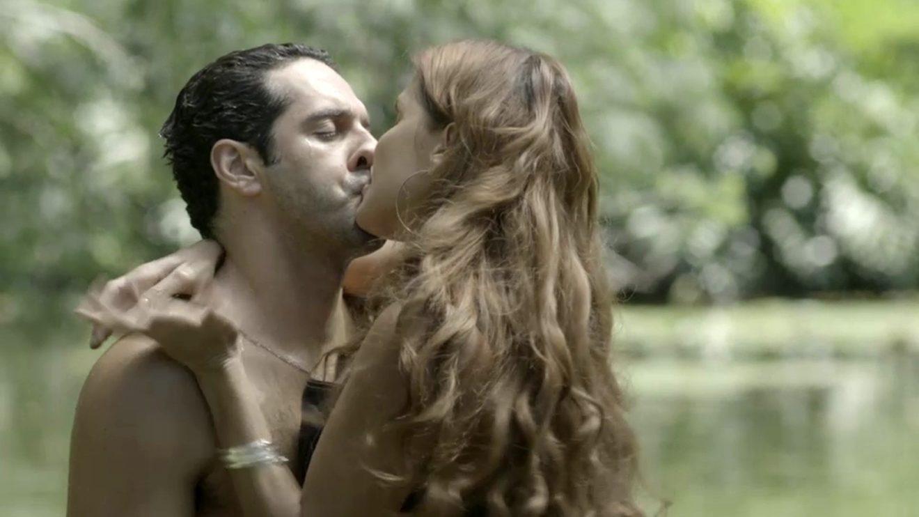 João Baldasserini (Zezinho) e Deborah Secco (Alexia) em cena de beijo em Salve-Se Quem Puder (Foto: Divulgação/Globo)