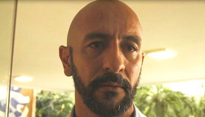 Álvaro (Irandhir Santos) descobre segredo do passado em Amor de Mãe (Foto: Reprodução/Globo)