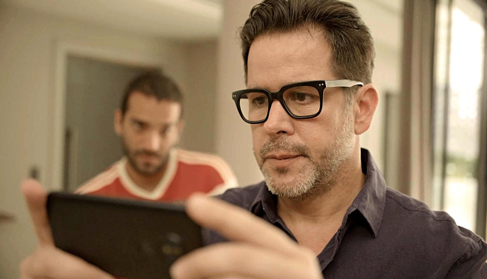 Raul se deparará com vídeo íntimo em motel em Amor de Mãe - Foto: Reprodução