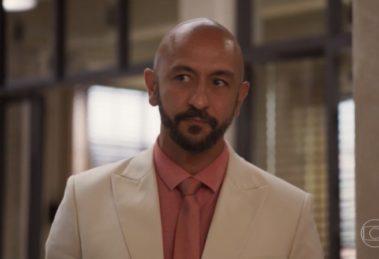 Álvaro (Irandhir Santos) será desmascarado em Amor de Mãe (Foto: Reprodução/Globo)