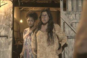Lurdes (Regina Casé) em cena que terá acerto de contas com os ex-cunhados em Amor de Mãe (Foto: Reprodução/Globo)