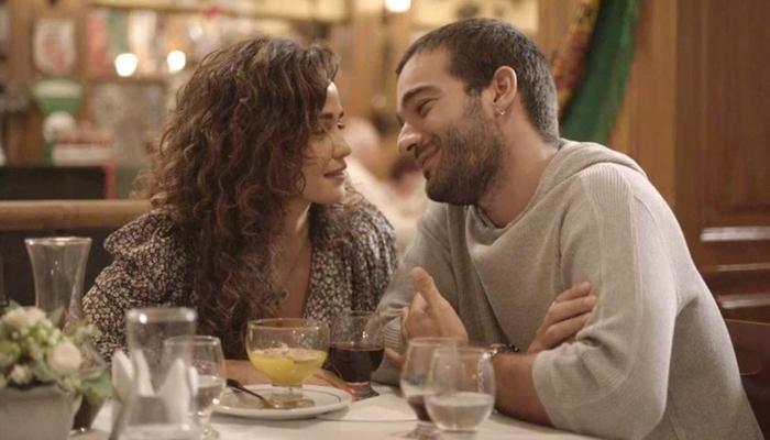 Sandro (Humberto Carrão) e Érica (Nanda Costa) juntos em Amor de Mãe (Foto: Reprodução/Globo)