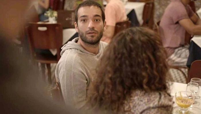 Sandro (Humberto Carrão) é flagrado pelo pai junto com Érica (Nanda Costa) juntos em Amor de Mãe (Foto: Reprodução/Globo)