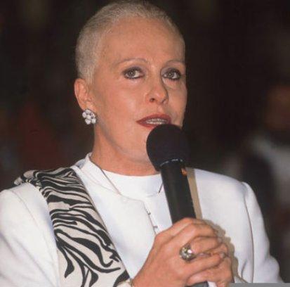 Ana Maria Braga raspa a cabeça na luta contra o câncer em 2001 (Foto: reprodução)