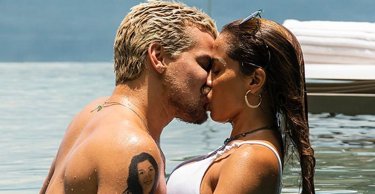 Anitta surge beijando o ator Thiago Martins (Foto: Reprodução)