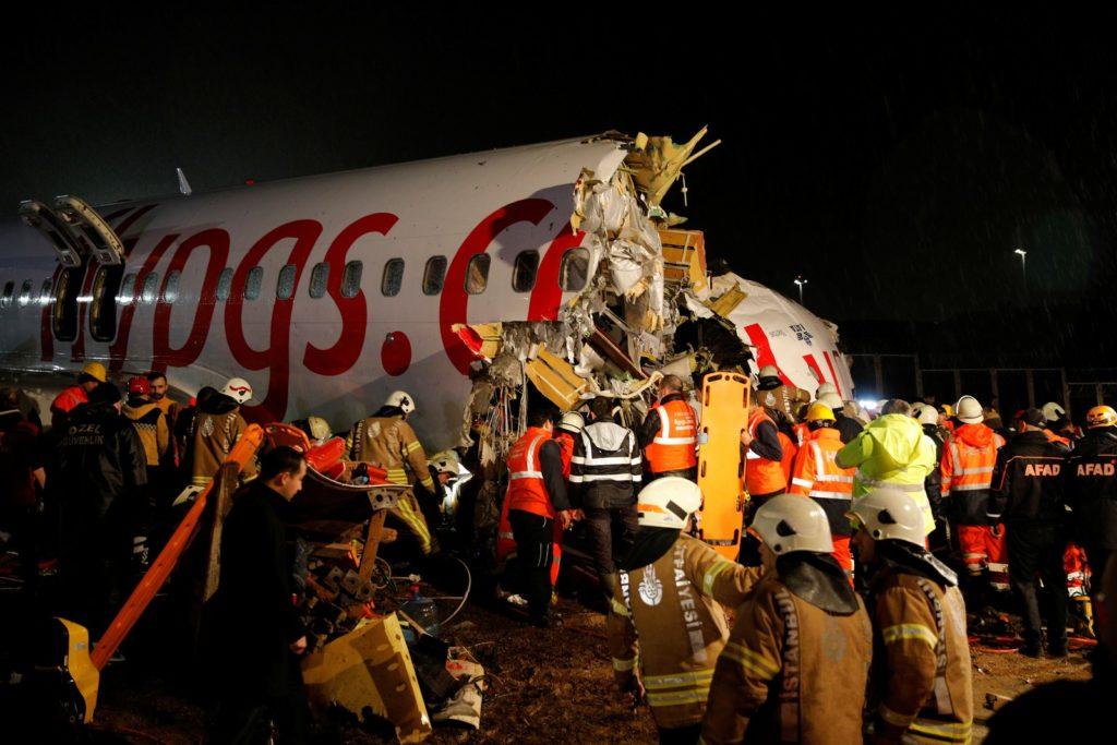 Avião parte-se ao meio em Instambul (Foto: reprodução)