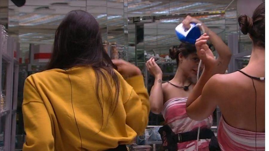 Mari causou estranheza nas demais participantes do BBB (Foto: Reprodução)