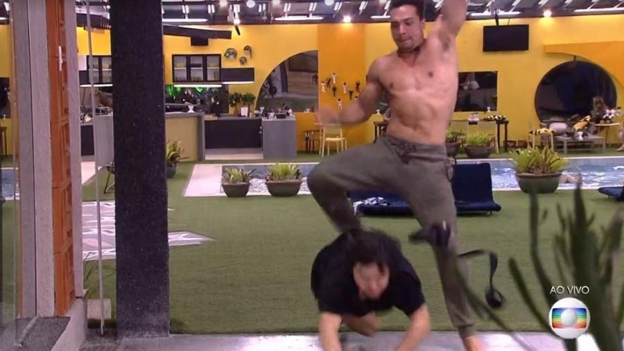 Momento em que Petrix supostamente teria empurrado Pyong Lee no BBB20 (Foto: Reprodução/ Globo)