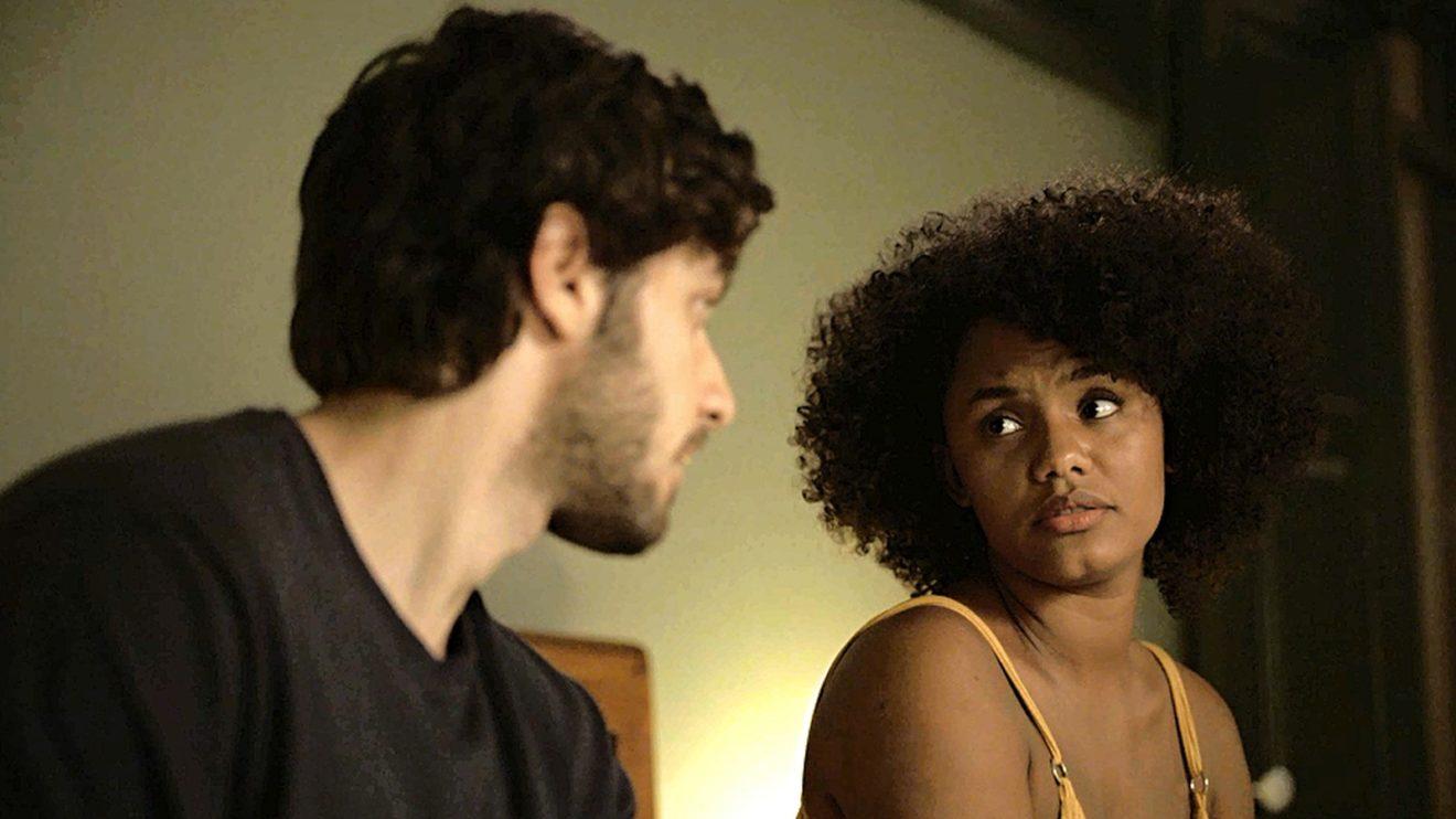 Danilo (Chay Suede) e Camila (Jéssica Ellen) terão relação abalada em Amor de Mãe (Foto: Reprodução/Globo)