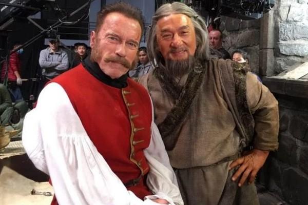 Jackie Chan e Arnold Schwarzenegger aparecem lutando no Trailer de The Iron Mask (Foto: Reprodução)
