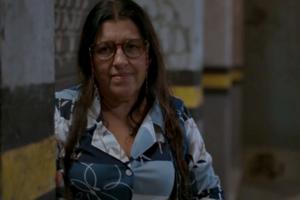 Regina Casé (Lurdes) em cena de Amor de Mãe, que foi impulsionada por audiência do futebol na Globo (Foto: Reprodução/Globo)