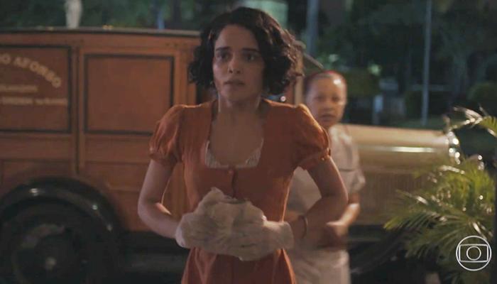 Inês (Carol Macedo) será recriminada após transar com Alfredo (Nicolas Prattes) em Éramos Seis (Foto: Reprodução/Globo)
