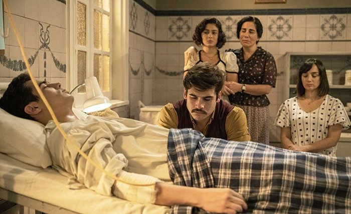 Alfredo (Nicolas Prattes) ao lado de Carlos (Danilo Mesquita) com Lola (Gloria Pires), Isabel (Giullia Buscacio) e Clotilde (Simone Spoladore) (Foto: Globo/Victor Pollak)
