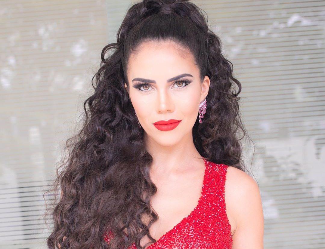 A famosa apresentadora da RedeTV!, Daniela Albuquerque se tornou um dos assuntos mais comentados das redes sociais ao aparecer de maiô vermelho no meio da neve - Foto: Reprodução/Instagram)