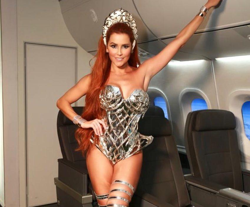 A famosa modelo e atriz da Globo, Déborah Secco se tornou um dos assuntos mais comentados desse Carnaval, após exibir todas as suas curvas na avenida ao lado do marido (Foto: Reprodução/Instagram)