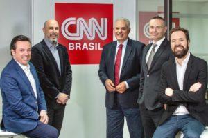 O âncora William Waack posa ao lado de parte da diretoria da CNN Brasil (foto: divulgação)