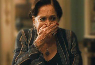 Emília em choque com seu segredo revelado em cena de Éramos Seis