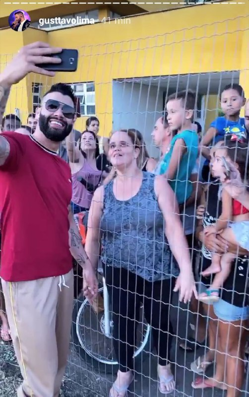 Gusttavo Lima aproveitou a oportunidade para atender um grupo de fãs antes de seu show (Foto: Reprodução/ Instagram)