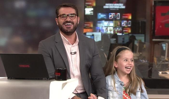 Marcelo Cosme é surpreendido pela filha do correspondente Ariel Palacios (foto: reprodução/GloboNews)