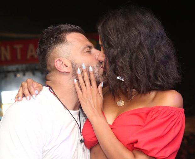 Henri Castelli e Jakelyne Oliveira se beijaram na frente dos fotógrafos (Foto: Reginaldo Teixeira / CS Eventos / Divulgação)