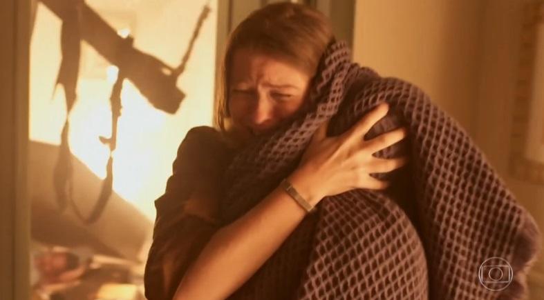 Thelma salvando o filho de incêndio no início de novela Amor de Mãe