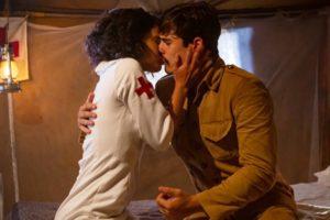 Inês (Carol Macedo) e Alfredo (Nicolas Prattes) se entregarão em meio à guerra em Éramos Seis (Foto: Globo/Artur Menínea)