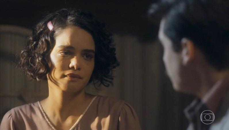 Inês (Carol Macedo) ficará perturbada após sexo com o irmão de Carlos (Danilo Mesquita) em Éramos Seis (Foto: Reprodução/Globo)