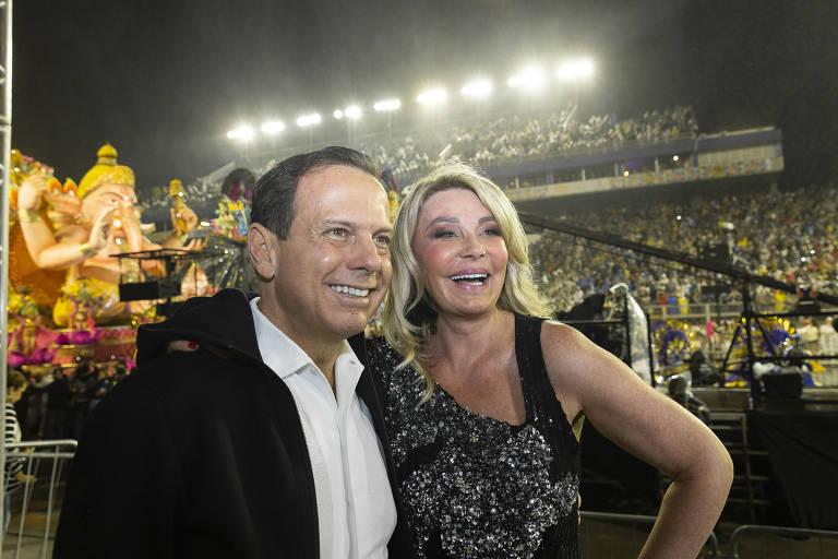 João Dória chegou com a esposa, Bia, no Carnaval de São Paulo - Foto: Reprodução/Folha