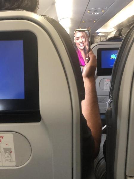 Leo Chaves em vídeo-chamada com Rafa Kalimann dentro de avião (Reprodução/Leo Dias)