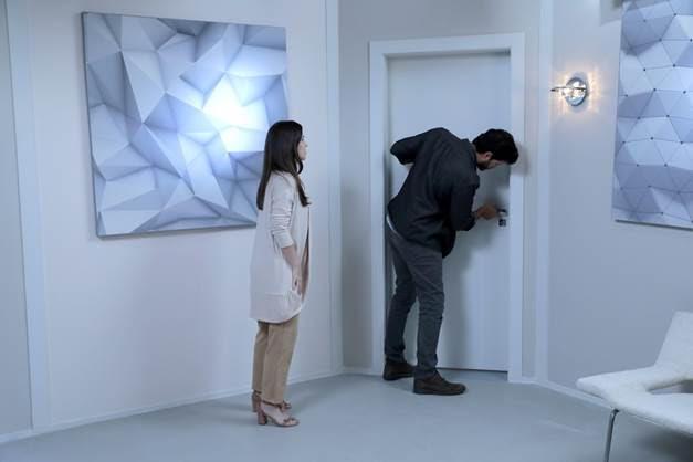 Luisa conta para Marcelo que o quarto de Ester fica trancado, e desconfiado, ele tenta invadi-lo