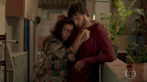 Lurdes (Regina Casé) e Danilo (Chay Suede) em cena de Amor de Mãe; será revelado que são mãe e filho (Foto: Reprodução/Globo)