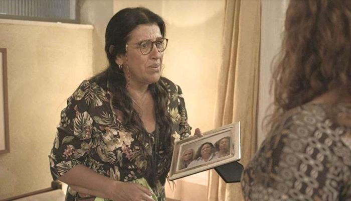 Lurdes (Regina Casé) descobre irmãs de Kátia (Vera Holtz) em Amor de Mãe (Foto: Reprodução/Globo)