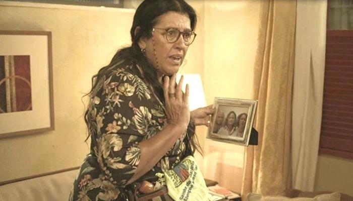 Lurdes (Regina Casé) descobre segredo do passado de Kátia (Vera Holtz) em Amor de Mãe (Foto: Reprodução/Globo)