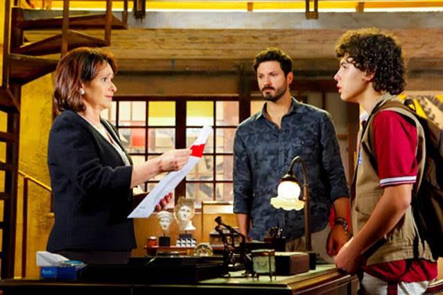 Ruth abre exame de DNA na frente de João em cena de As Aventuras de Poliana