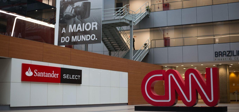 Totem da marca CNN foi colocado nesta segunda-feira (17) na sede paulista do canal de notícias (Foto: Reprodução)