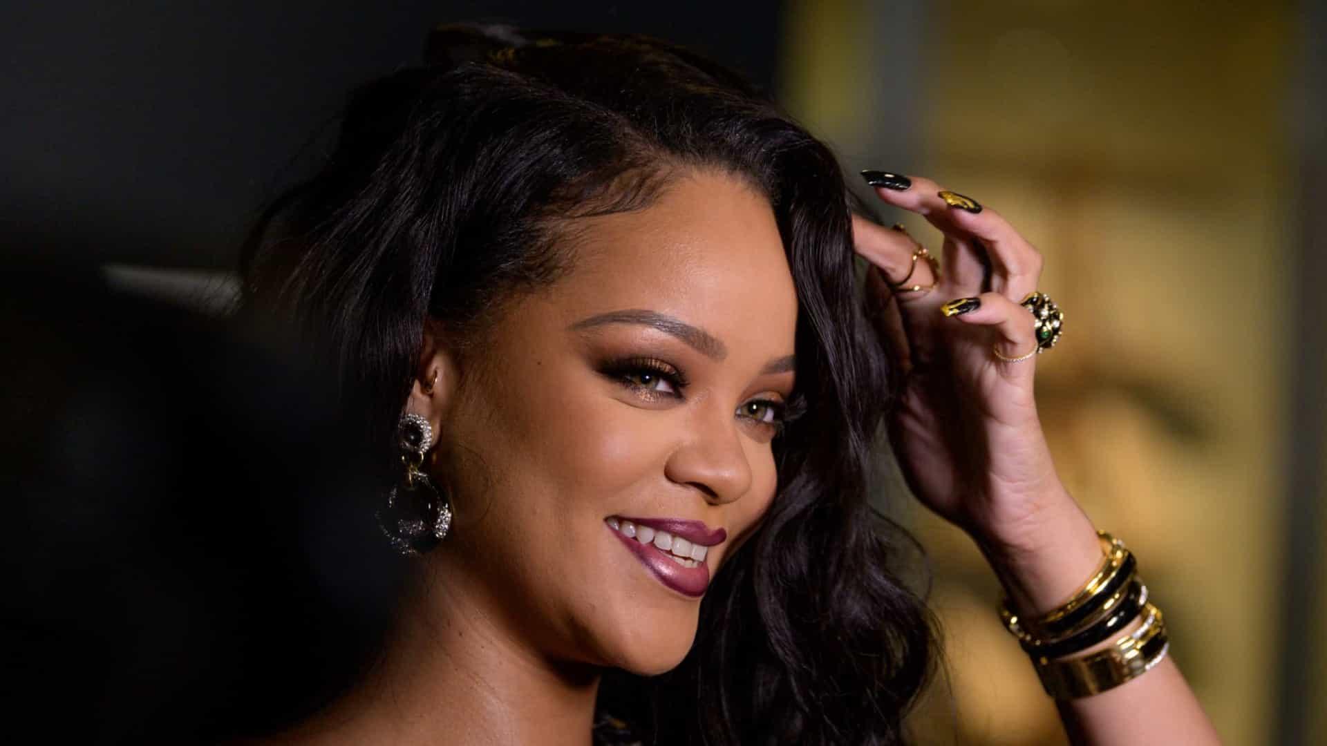 Rihanna posa toda sexy de lingerie e para internet com clique (Foto: Reprodução)