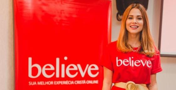 Flávia Morais posa na sede da nova empresa (foto: divulgação/Believe)
