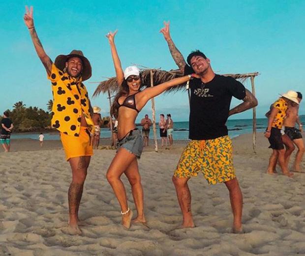 Foto da ex-namorada com Neymar e Medina (Foto: Reprodução)