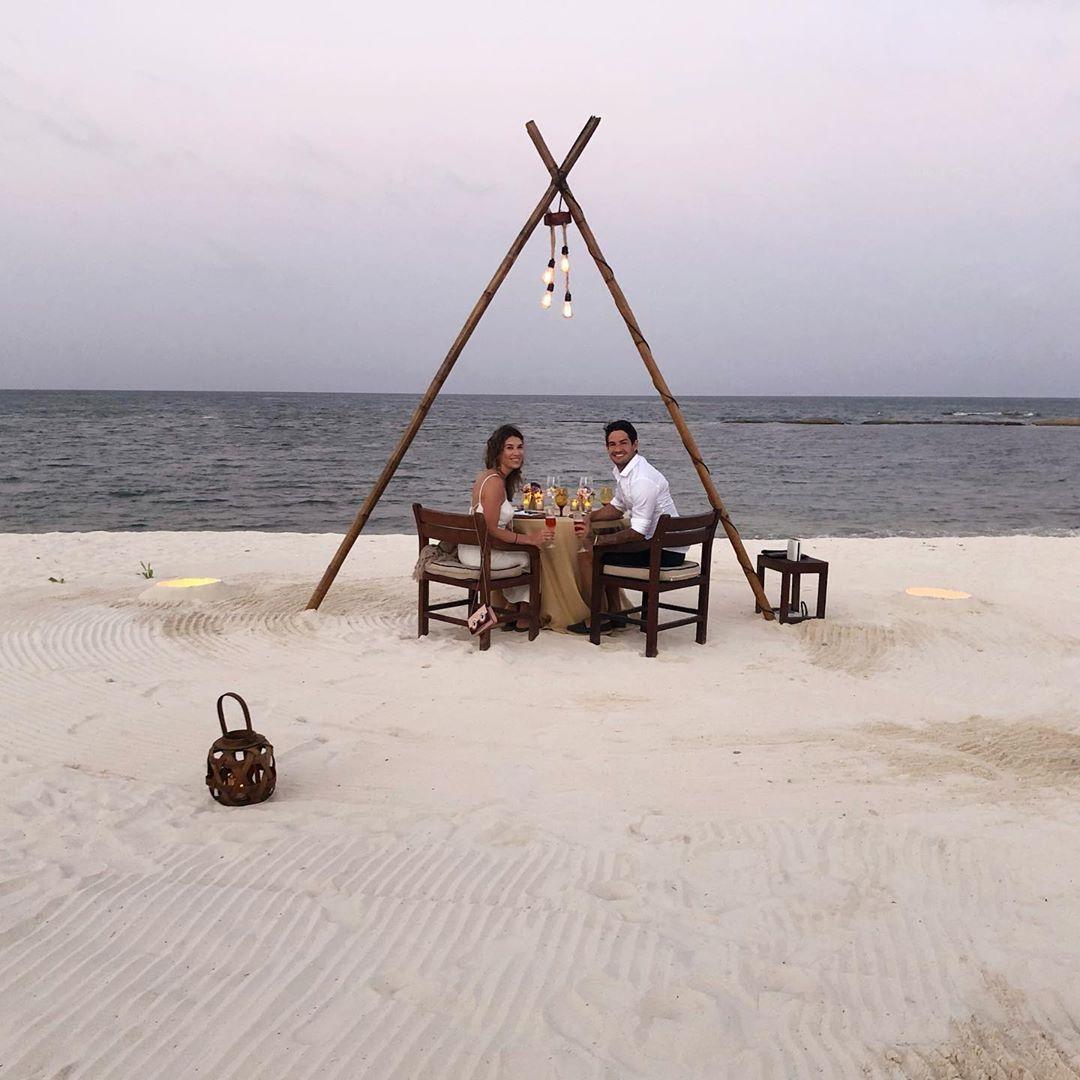 Rebeca Abravanel e Alexandre Pato surgiram em um ambiente paradisíaco (Foto: Reprodução/Instagram)