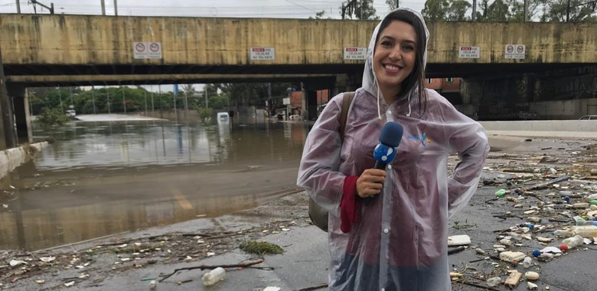 A repórter Carol Riguengo em sua estreia na nova emissora (foto: reprodução/RedeTV!)