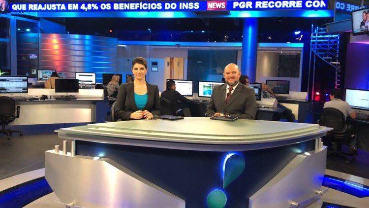 Mariana Godoy e Marcelo do Ó dividiram a apresentação do RedeTV! News (foto: reprodução/Twitter)