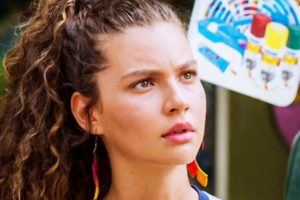 Na imagem Alanis Guillen interprete de Rita em Malhação com expressão confusa