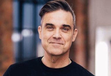 Mulher mostra foto de Robbie Williams nu na frente da TV (Foto: Reprodução)