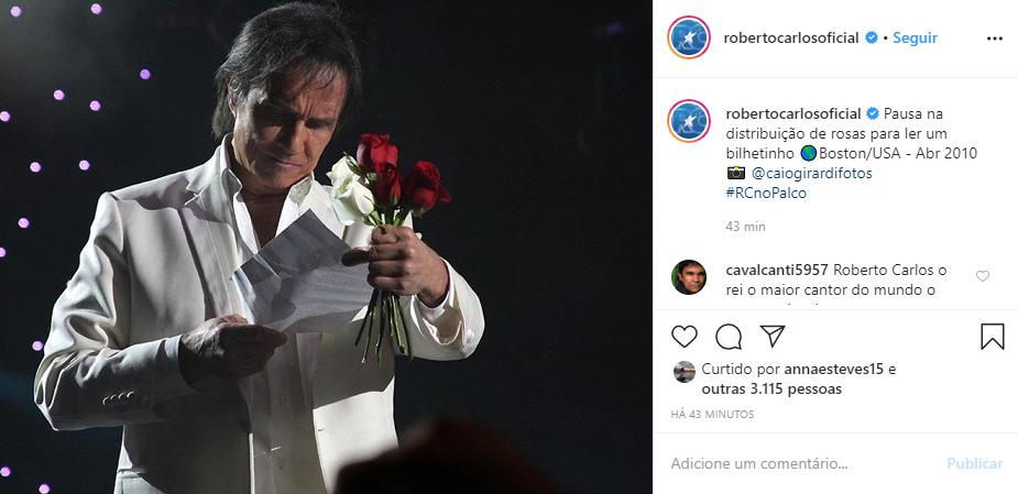 Roberto Carlos surgiu em foto distribuindo rosas após xingar fã (Foto: Reprodução/ Instagram)