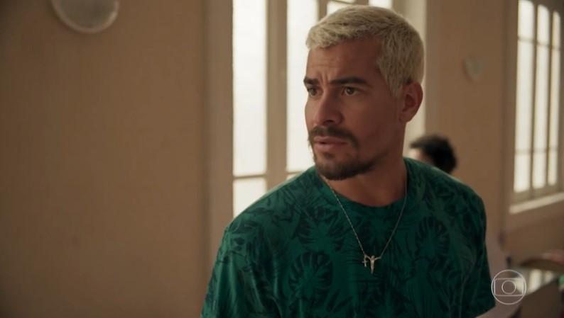 Ryan (Thiago Martins) colocará Lurdes (Regina Casé) em enrascada em Amor de Mãe (Foto: Reprodução/Globo)