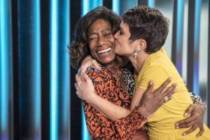 Glória Maria recebeu o carinho de Sandra Annenberg no Globo Repórter (Foto: Reprodução)