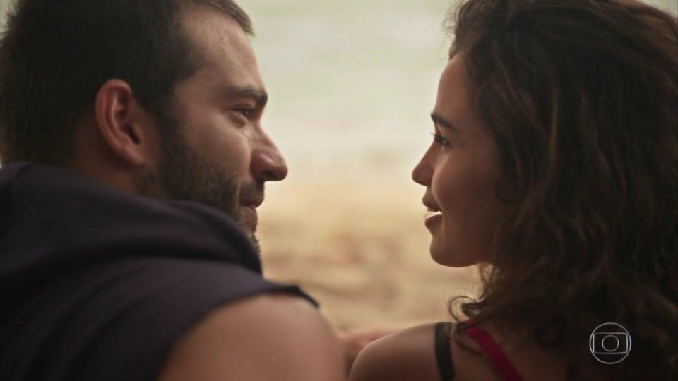 Sandro e Érica se encaram na praia em cena da novela Amor de Mãe